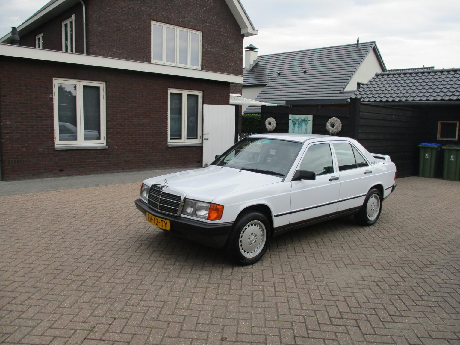 Mercedes-Benz-190-16