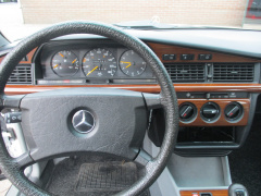 Mercedes-Benz-190-24