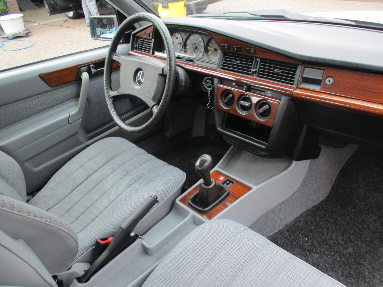 Mercedes-Benz-190-3