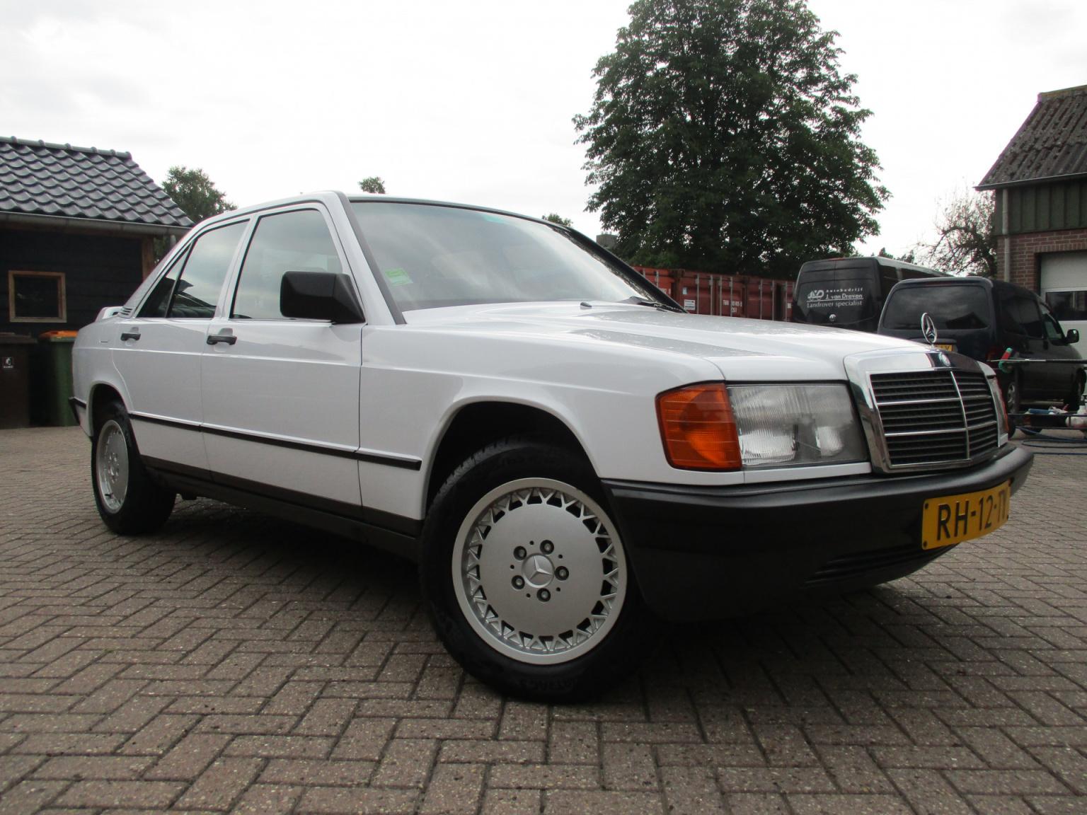 Mercedes-Benz-190-11