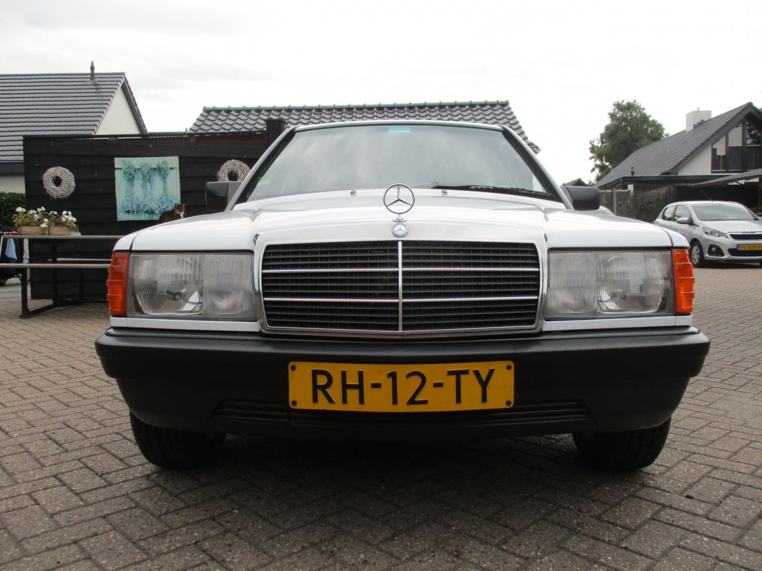 Mercedes-Benz-190-14