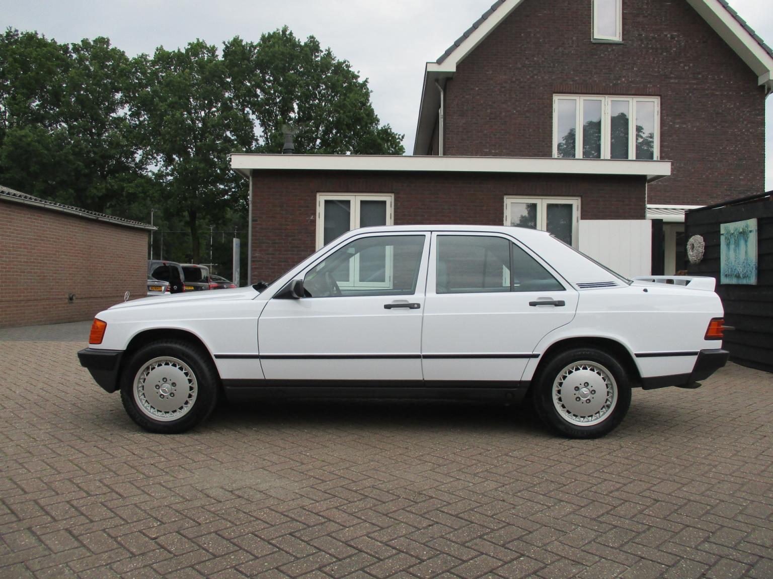 Mercedes-Benz-190-15